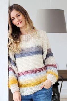 Juhu… Så blev min mor færdig med drømmesweateren, som jeg viste et smugkig afHER! ;) Jeg elsker den allerede og ved, at vi bliver rigtig gode venner hele vinteren igennem.… Beginner Knitting Projects, Knitting For Beginners, Ravelry, Knit Art, Big Knits, Knit Or Crochet, Knitting Designs, Sweaters, Elegant
