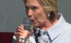 Hillary Clinton é acusada de ser alienígena reptiliana, após cuspir duas 'bolas' de catarro em copo d'água. Ou seriam ovos alienígenas que ela ejetou?