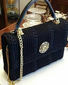 Patrón y costura : bolso a crochet tipo Channel diy.tema 132 (Needs translating) Crochet Diy, Crochet World, Love Crochet, Hand Crochet, Beautiful Crochet, Crochet Clutch, Crochet Handbags, Crochet Purses, Crochet Bags