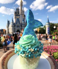 Florida Disney World Mermaid Cupcake Disney Desserts, Snacks Disney, Disney Cupcakes, Mermaid Cupcakes, Disney World Essen, Disney World Food, Walt Disney World, Comida Disney, Epcot
