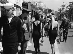 Cannes - Film Festival 1962 - US marine and sailor on La Croisette. Cannes Film Festival, Rare Photos, Vintage Photos, Vintage Photographs, Cannes Francia, La Croisette, International Film Festival, Life Magazine, Magazine Photos