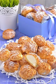 Profiteroles with krakelinom and tender custard Russian Desserts, Russian Recipes, Baking Recipes, Cake Recipes, Dessert Recipes, Russia Food, Sweet Pastries, Beignets, Sweet Cakes