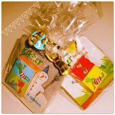 Regelmatig verbaas ik me over de traktaties cadeaus die zoonlief op de crèche krijgt. Vaak geeft een kind niet één cadeau, maar wel drie. Kwantiteit boven kwaliteit, want het zijn meestal spullen w…