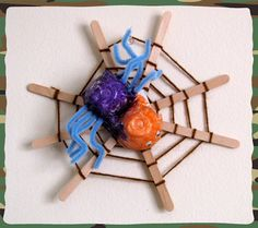 Spider activities: Craft stick spider web and Egg carton Spider. I& use pom poms. This is a nice tutorial. Popsicle Crafts, Craft Stick Crafts, Yarn Crafts, Craft Sticks, Craft Ideas, Project Ideas, Spider Web Craft, Spider Crafts, Craft Activities