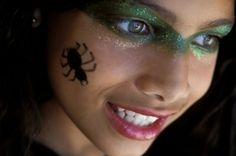 maquillaje-bruja-niña-hada-buena-brocado-verde-en-los-hojos-tatuaje-finjido-de-araña-en-la-mejilla Halloween 2018, Ideas Para, Diy, Liquid Liner, Carnival, Romantic Makeup, Wicked Witch, Pale Skin, Blonde Women
