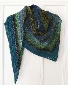 Sjal i tweedmønster. Sjal i en form for vævestrik, der på engelsk hedder Half Linen Stitch. Her veksles mellem ensfarvet garn og farveskiftegarn.