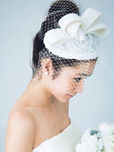 トーク帽のチュールをベールに見立てて'50年代風の装いに/Side|ヘアメイクカタログ|ブライダル・ビューティ|ザ・ウエディング