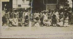 23 Nisan 1942 Çocuk Bayramında Latife Hanımın Köşke önünde. Karşıyaka Özel Ana ve İlk Okulun öğrencilerle