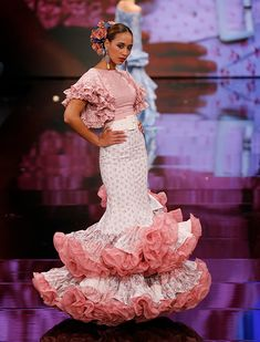 5 Dress Styles That Will Make You Look Thinner. While particular ladies wear products you see on the runway might look terrific on models, they might not look great on every woman. Flamenco Costume, Flamenco Dancers, Beautiful Long Hair, Beautiful Dresses, Anniversary Dress, Spanish Dress, Gypsy Women, Butterfly Dress, African Fashion Dresses