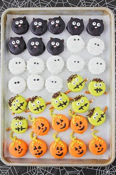 Halloween Oreos These adorable and delicious Halloween Oreos are so fun to decorate! The post Halloween Oreos appeared first on Halloween Desserts. Plat Halloween, Halloween Oreos, Halloween Sweets, Halloween Treats For Kids, Spooky Treats, Halloween Cupcakes, Spooky Halloween, Halloween Recipe, Scary Halloween