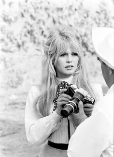 Them and Their Cameras: Vintage Hollywood Superstars (http://www.lomography.com/magazine/lifestyle/2011/05/24/them-and-their-cameras-vintage-hollywood-superstars)