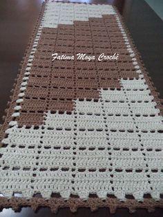 Jogo de tapetes de barbante confeccionados em crochê medindo aproximadamente tapete grande 1 m X 0,40cm e o pequeno 0,60cm X 0,40cm. O produto da foto feito na cor marrom e cru. Barbante de qualidade e excelentes acabamentos. Consulte-nos sobre disponibilidade de cores.