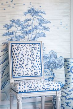 Mark Sikes designed this gorgeous vignette for Hollyhock. Chinoiserie elements: the blue and white color scheme, the wallpaper, the long neck jar. Mark Sikes, Chinoiserie Chic, Elements Of Style, Bathroom Wallpaper, Toile Wallpaper, Chinoiserie Wallpaper, Wallpaper Patterns, Blue Rooms, White Houses
