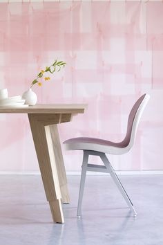 Detail of the leg of the Swan dining table with the Jane chair (Spoinq). Photography: Simone de Geus - Styling: Maya Burghouts. Houten tafel van Europees eiken