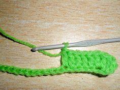 cada uno y cerrarlas todas juntas. in the next 5 basis points knit 1 Double crochet in Heart Patterns, Double Crochet, Barbie, Cushions, Knitting, Crochet Sachet, Holiday Crochet, Crochet Hearts, Crochet Appliques