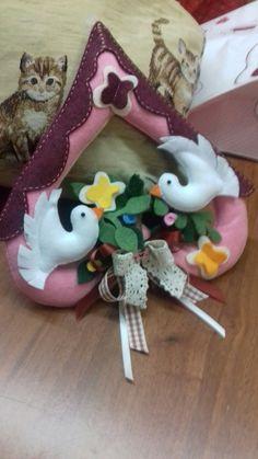 @decori pasquali,feltro e pannolenci Felt Ornaments, Christmas Ornaments, Name Banners, Felt Food, Christmas Makes, New Years Eve Party, Felt Crafts, Holiday Decor, Sewing Dolls
