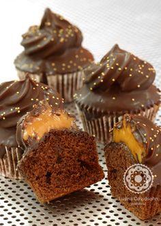 Cupcake de chocolate com doce de leite coberto com casquinha de chocolate