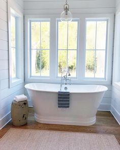 This alcove bright and airy alcove was the perfect place for this freestanding tub! (📸: @coastandcreek)