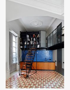 Carrer Avinyo is a 'piano nobile' apartment in Barcelona's Barrio Gotico neighbourhood, designed by London-based practice David Kohn Architects. It is a true homage to its surrounds, re Tiny Spaces, Small Apartments, Open Spaces, Interior Exterior, Interior Architecture, Best Interior Design, Interior Decorating, Le Logis, Barcelona Apartment