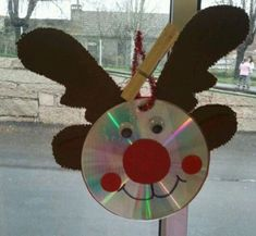 15 Christmas decorations last minute DIY from old CD - Lifestyle and Outfit ideas Preschool Christmas, Noel Christmas, Christmas Activities, Christmas Crafts For Kids, Christmas Projects, Holiday Crafts, Christmas Decorations, Christmas Ornaments, Reindeer Christmas