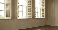 O que posso colocar sobre minha janela para bloquear o sol?. Bloquear a luz do sol das janelas pode servir para vários propósitos. De manhã cedo, pode acordar as pessoas, diminuindo uma boa noite de sono. Durante o dia, esquentar o quarto, forçando o aumento da conta do ar condicionado. O dia inteiro, a irradiação solar pode afetar a mobília e carpete. Por todas estas razões, pode-se querer tapar a janela ...