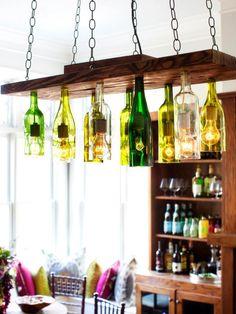 hängender Kronleuchter aus Weinflaschen mit rustikalem Look