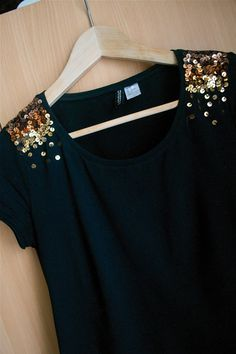 diy fashion ideas which are great.(Could be done in red, with additional beads to mimic blood, maybe?Simple t-shirt DIY with paillettes/sequinsCustomization of a black prime with a gradient of glitter in shades of shade. Altered Couture, Diy Clothing, Sewing Clothes, Diy Fashion, Fashion Outfits, Fashion Design, Fashion Ideas, Robe Diy, Diy Kleidung