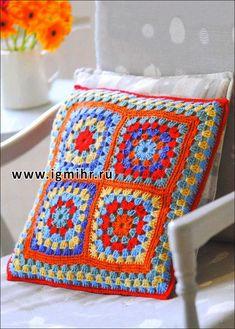 Almohada con múltiples cuadrados de colores brillantes. gancho