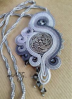 Soutache - I like how few beads were used. Paper Jewelry, Jewelry Crafts, Beaded Jewelry, Handmade Jewelry, Soutache Pendant, Soutache Necklace, Soutache Tutorial, Ideas Joyería, Diy Accessoires