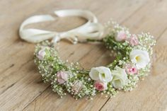 Blumenkranz für Haare einfach selber machen Floral wreaths are a wonderful accessory for brides, bridesmaids or wedding guests. We will show you step by step how to make a romantic floral wreath for your hair quickly and easily yourself. White Wedding Flowers, Flower Crown Wedding, Bridal Flowers, Flowers In Hair, Flower Hair, Floral Wedding, Beach Wedding Hair, Bridal Hair, Fall Wedding