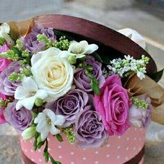 quenalbertini: Box of flowers Beautiful Flowers Pictures, Beautiful Flower Arrangements, Pretty Flowers, Fresh Flowers, Pink Flowers, Hat Box Flowers, Flower Box Gift, Flower Boxes, Tulpen Arrangements