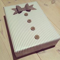 Hjälpte barnen lite med farsdagspresenten... :-) Inslagning inspirerad av @lindapysselfroken #pyssel #papperspyssel #present #presentinslagning #paket #paketinslagning #pappersrosett #farsdag #farsdagspresent