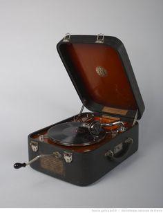 Phonographe à disque Stradivox portatif offert par les maîtres luthiers Laberte et Magnié au Musée de la parole et du geste, 1932