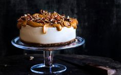 Vegan Lemon Cheesecake with Caramel. A vegan lemon cheesecake with a caramel and candied pecan topping. Nutritious gluten-free no-bake and super easy to make. Raw Food Recipes, Dessert Recipes, Free Recipes, Caramel Pecan, Raw Desserts, Vegan Treats, Vegan Snacks, Vegan Food, Lemon Cheesecake
