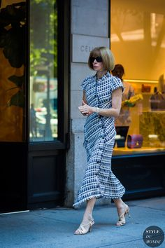 Apparently You Should Never Wear This Summer Dress to Work Of course Anna Wintour has the office-appropriate look down pat. Street Style 2017, Street Chic, Paris Street, Midi Dress Outfit, Dress Outfits, Fashion Dresses, Shirt Dress, Summer Work Dresses, Summer Wear
