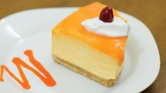 Mango mousse cake is rich, and decadent, hardly not to fall in love with it from the first bite. fresh mango & cream goodness on top of digestive biscuits cr. Mango Mousse Cake, Choc Mousse, Easy Quick Deserts, Mango Parfait, Mango Cream, Parfait Desserts, Caramel Pudding, Eggless Desserts, Sauces