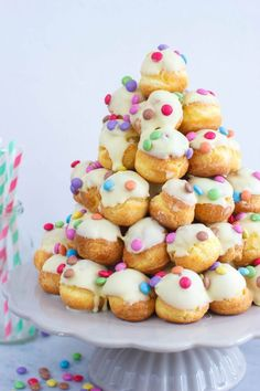 Vrolijke witte chocolade soesjestoren White chocolate cream puffs with multicolor sprinkles perfect for tea parties Birthday Treats, Party Treats, Party Snacks, Happy Birthday, Tea Recipes, Sweet Recipes, High Tea Food, Delicious Desserts, Yummy Food