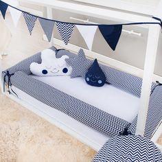 A cor azul marinho deixa o Kit Montessoriano Chevron Marinho mais chamativo no quarto de bebê!
