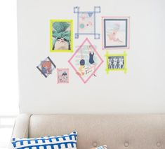 photos et dessins avec cadres en masking tape sur le mur