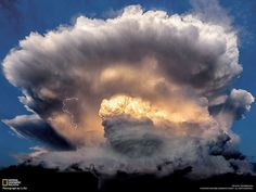 積乱雲を照らす稲妻 | ナショナル ジオグラフィック(NATIONAL GEOGRAPHIC) 日本版公式サイト