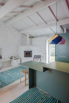 Decoração de casa pequena com paredes de pedra, parede branca, parede de pedra branca, decoração clean, móveis verdes, tapete verde.