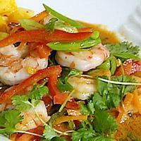 Rød currypasta, fishsauce (fiskesaus) og tørkede limeblader finnes i velassorterte dagligvarebutikker eller innvandrerbutikker. Limeblader kan også fåes...
