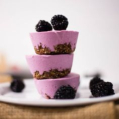 vegan blackberry cheesecake - This is a sweet, creamy vegan dessert that can fit in the palm of your hand. Blackberry Cheesecake, Healthy Cheesecake, Gourmet Recipes, Vegan Recipes, Dessert Recipes, Breakfast Recipes, Healthy Desserts, Delicious Desserts, Smoothie Bol