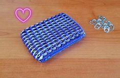 ♥♥HANDGEMAAKT♥♥ Ben je opzoek naar iets origineel? Dan past deze portemonnee zeker bij jou! Het is een prachtige en stijlvolle portemonnee gemaakt van bliklipjes. De bliklipjes zijn vooraf grondig gereinigd en ontsmet. Aan de binnenkant is er een voering in stof. (Zilvergrijs). De portemonnee kan gebruikt worden voor briefjes, kleingeld en pasjes/kaarten. Je kan er uiteraard ook andere dingen in opbergen. Deze portemonnee is zeker een BLIKvanger!! ☺☺ Pop Tabs, Wallet, Etsy, Purses, Diy Wallet, Purse, Pop Can Tabs