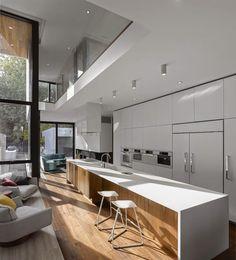 cozinha estreita branco piso mate para janelas do teto piso de madeira mobiliário moderno Modern Kitchen Design, Interior Design Kitchen, Modern Interior, Room Interior, White Wood Kitchens, Minimalist Kitchen, Minimalist Design, Minimalist Style, Cuisines Design