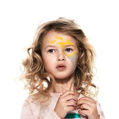 ¡Conviértete en la Antorcha Olímpica!  PASO 2 RELLENAR Con pintura de color gris claro, pinta un cono circular debajo del círculo amarillo que ocupe toda la zona de la mejilla y siga la línea de la mandíbula.