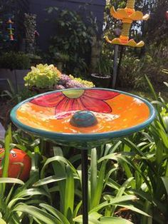 Bird Baths Best Picture For Garden Art from junk For Your Taste You are looking for something, and it is going to tell you exactly what you are looking for, and you didn't find Ceramic Bird Bath, Ceramic Birds, Ceramic Flowers, Bird Bath Garden, Mosaic Garden, Pottery Painting Designs, Pottery Art, Garden Totems, Garden Art