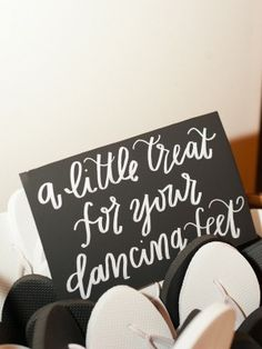 Looove this flip-flop favor sign - photo by Elisa Bricker | www.mysweetengagement.com