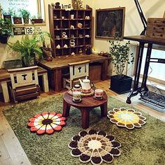 女性で、3DKの3畳の部屋/ベンジャミンバロック/ベンジャミン•バロック/観葉植物/グリーン…などについてのインテリア実例を紹介。「お花柄コンテストに参加します(*^^*) 我が家の円座は昭和レトロでとっても可愛くてお気に入り~(//∇//)♪自分で編めないので、ヤフオクで1枚800円ほどで購入しました(笑) これがあるだけで、インテリアがほっこり可愛くなるのでお気に入りです!!(*´∇`*)お義父さん手作りのミニちゃぶ台とも相性バッチリです♪ お花柄ティーセットと合わせてみました(^^)」(この写真は 2015-04-20 11:55:40 に共有されました)