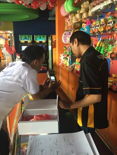 Staf UPPD Duren Sawit menyerahkan alat E-POS dan  Bimtek kepada WP Terrazone Indonesia